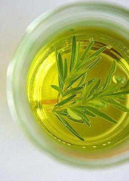Rosemary-essential-oil-photo-co-hubimg-com
